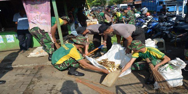 Yonif Mekanis 412/6/2 Kostrad Melaksanakan Pembersihan Pasar Suronegaran