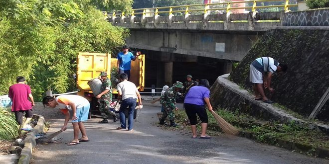 Koramil Bersama Warga Dan Relawan Gotong Royong Bersihkan Kampung