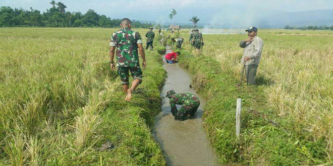 Personel Kompi Senapan C Yonif 113/JS Bersama Masyarakat Gotong Royong
