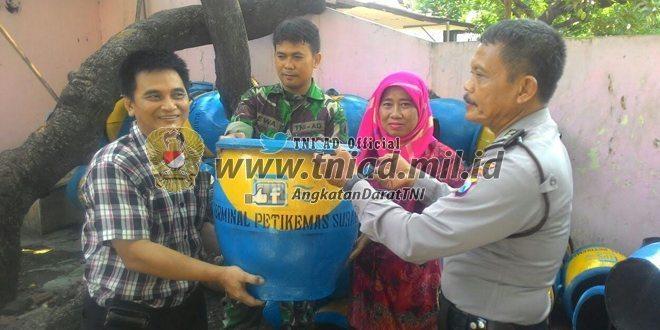Babinsa dan Bhabinkamtibmas Pelopori Bersih Lingkungan di Pabean Cantikan Surabaya