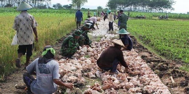 TNI & Warga Ngebut Selesaikan Pekerjaan Fisik TMMD