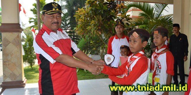 Wakil Bupati Madiun Menyerahkan Hadiah Juara Indonesia Scouts Challenge (ISC) TH 2016
