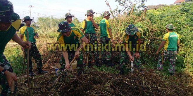 Prajurit Yonkes 1 Kostrad Bersama Warga bersihan Setu Cilodong