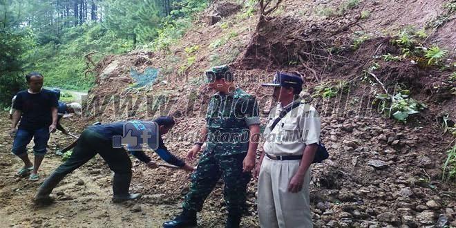 Karya Bhakti Membersihkan Timbunan Tanah Longsor
