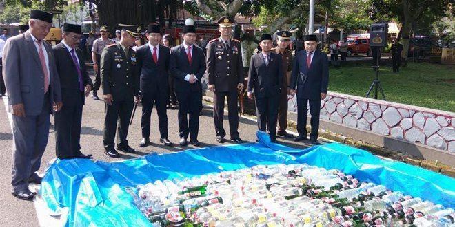 Pemusnahan Miras Hasil Operasi Bersinar 2016 di Trenggalek