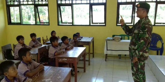 Babinsa Ajari Kedisiplinan, Wasbang di SDN Petrah Tanah Merah Bangkalan