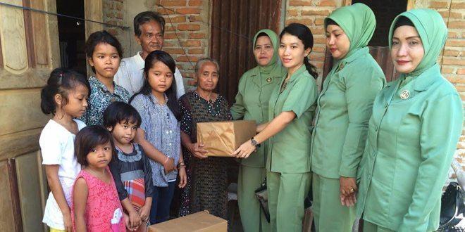 Persit KCK Cabang XXXVII-Kodim 1402/Polmas Berikan Bantuan Ke Anak Yatim di Binuang