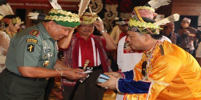 Pangdam XII/Tpr Diberi Penghormatan pada Upacara Adat Mamandung