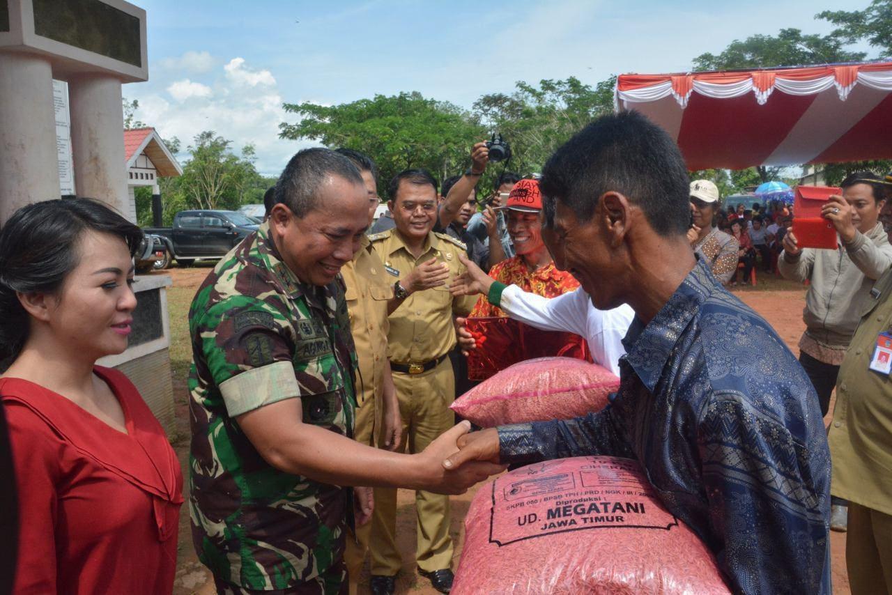 Pangdam Bersama Gubernur Tanam Padi Perdana Terhadap Lahan Cetak Sawah