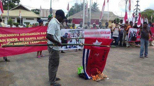 Massa Organisasi Anti KNPB Membakar Bendera Bitang Kejora Dan Bendera Simbol KNPB