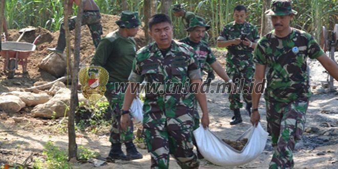 Guna Memotivasi Anggota, Dandim 0815 Mojokerto Turun Langsung Dalam Pengerjaan Unit Pengolahan Pupuk Organik (Uppo)