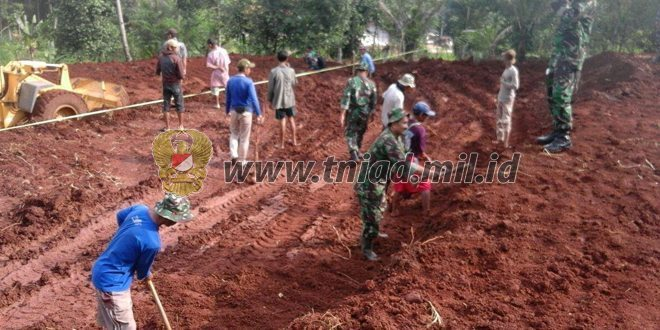 Prajurit Kodim 0608/Cianjur Terjun Langsung Merelokasi Rumah Rawan Longsor