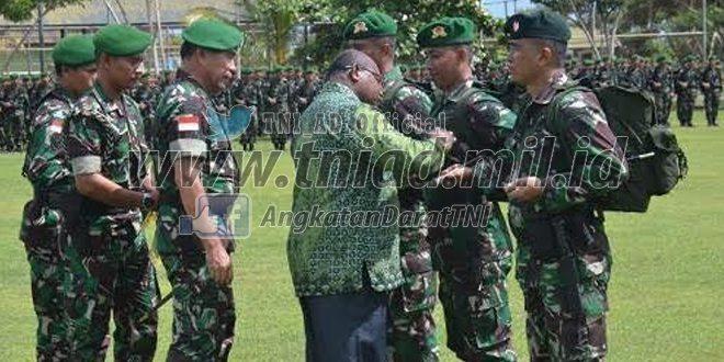 Pangdam Sematkan Tanda Kehormatan Negara Kepada Satgas Pamtas RI-PNG
