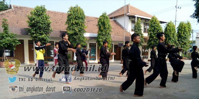 Jelang Hari Kebangkitan Nasional, Koramil 0809/15 Kandangan Latih Demontrasi Kepada Para Pesilat dan Pramuka