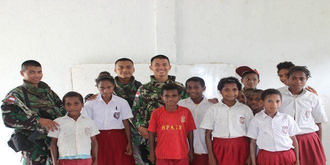 Yonif Para Raider 431/SSP Kostrad Berikan Seragam Untuk Siswa Perbatasan