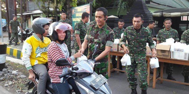 Geliat Ramadan, Kodim 0830 Surabaya Utara Bagi 750 Kotak Takjil Di Jalanan