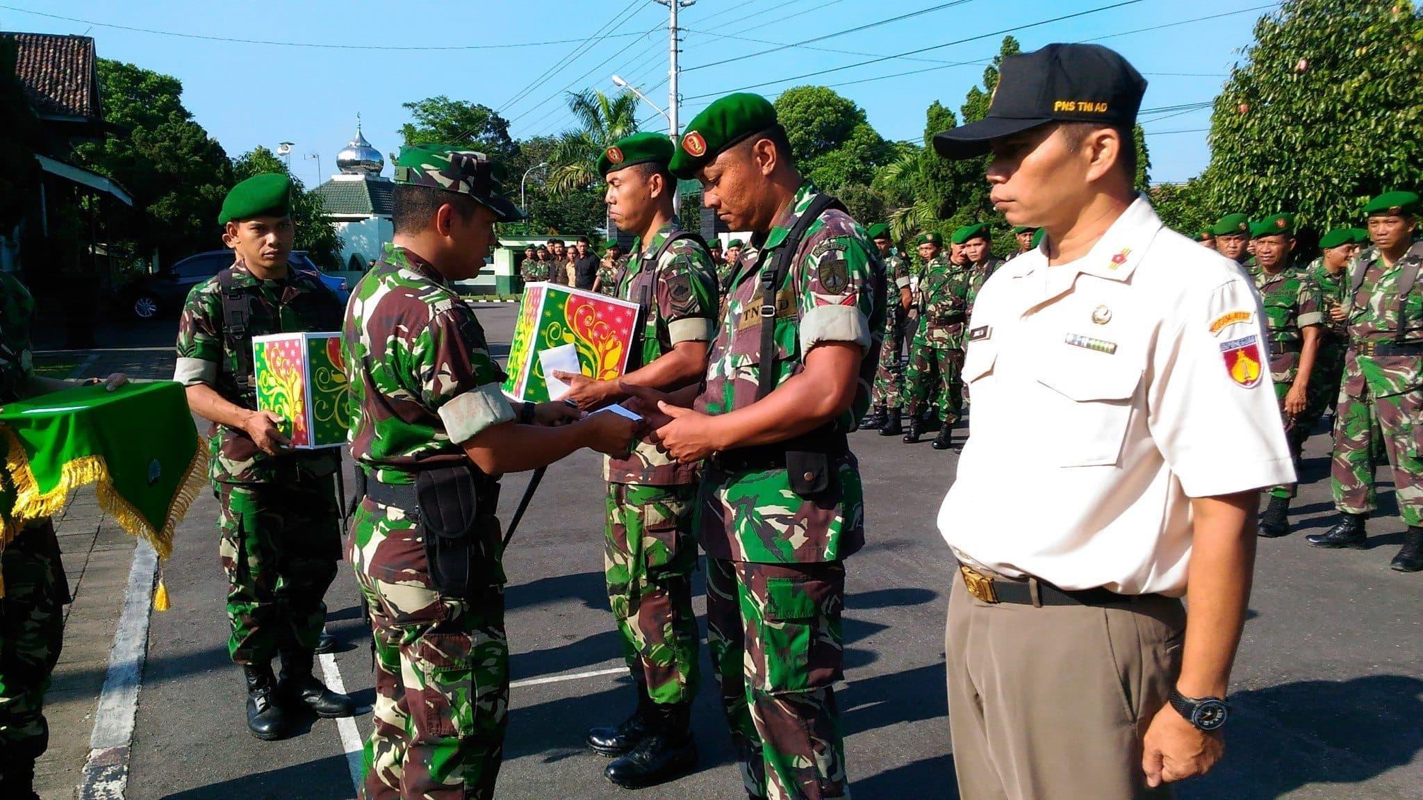 Dandim 0732/Sleman Serahkan THR Kasad Kepada Seluruh Anggota Militer Dan PNS