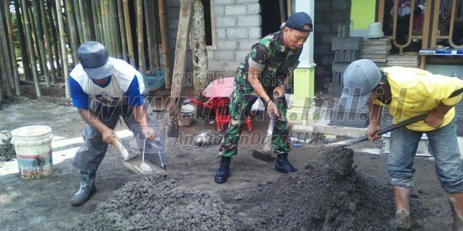 Babinsa Bantu Warga Membuat Rumah