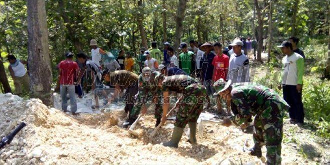Anggota Koramil 0812/10 Babat Bersama Warga Tetap Semangat Melaksanakan Karya Bakti Walapun Puasa