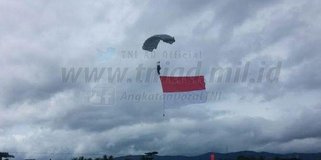 Aksi Terjun Payung Ramaikan Penutupan TMMD 96