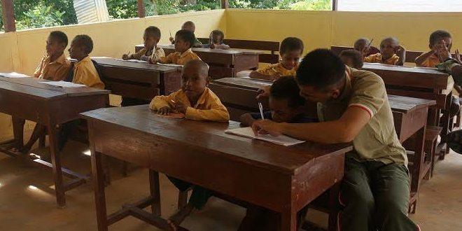 Satgas Pamtas Yonif Mekanis 413/Bremoro Kostrad Peduli Pendidikan di Perbatasan