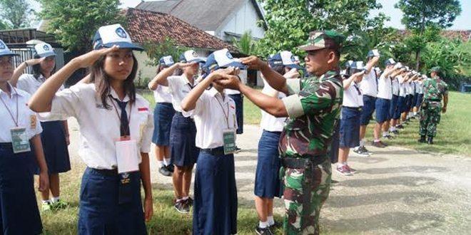 Babinsa Koramil 01/Kota Berikan Latihan PBB di SMP SION Blora