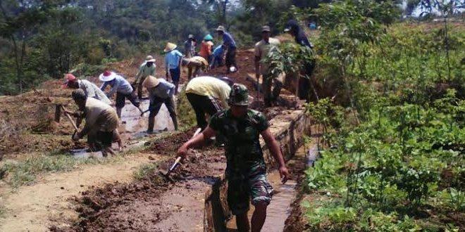 Koramil Ngadirejo Melaksanakan Karya Bakti Perbaikan Irigasi