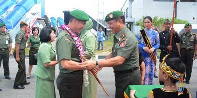 Mayjen TNI Johny L. Tobing Disambut Hangat Oleh Prajurit Makodam VI/MLW