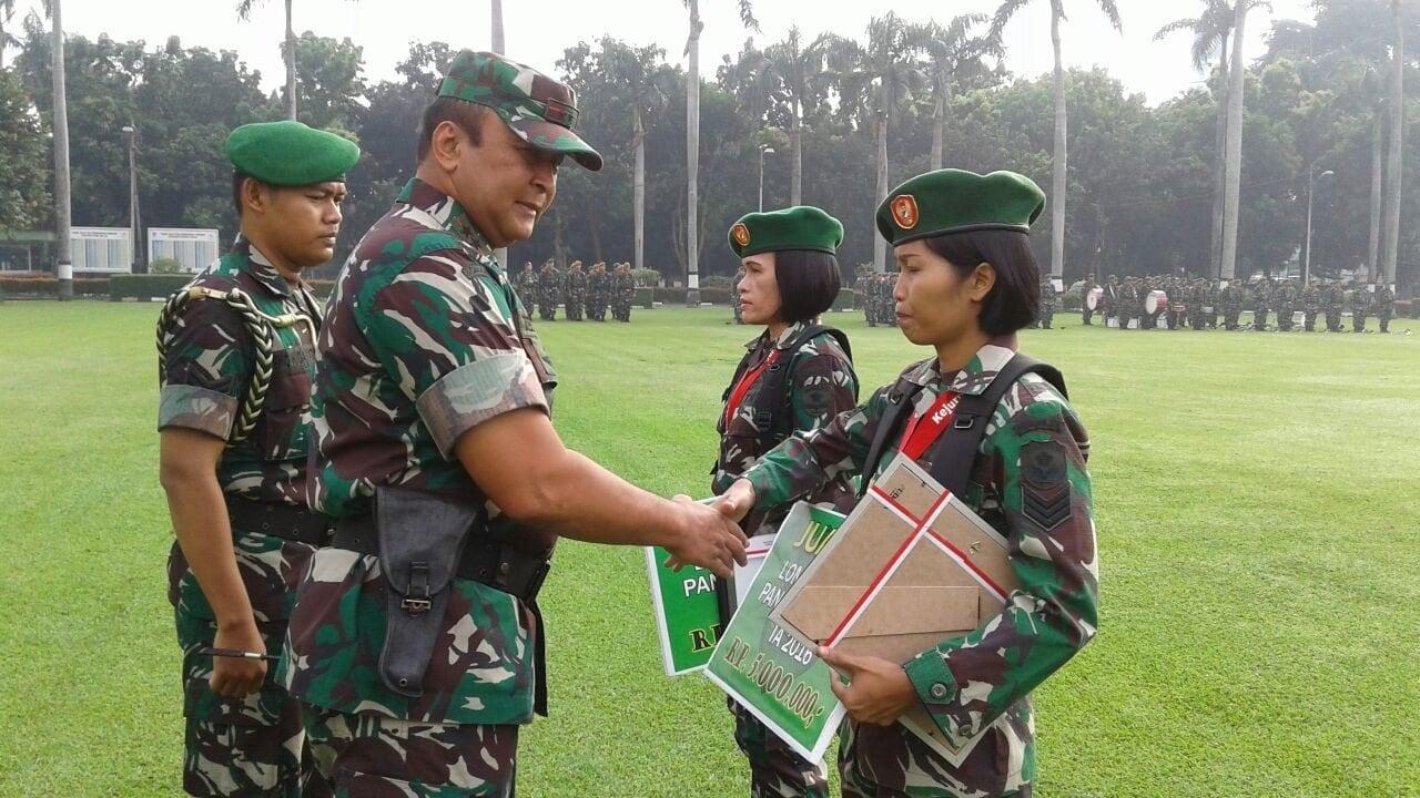 29816 Pangdam Jaya Berikan Penghargaan Kepada Personel Yang Berprestasi a(1)