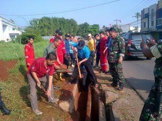 6816 Koramil 05 Sawangan Bersihkan Lokasi Banjir