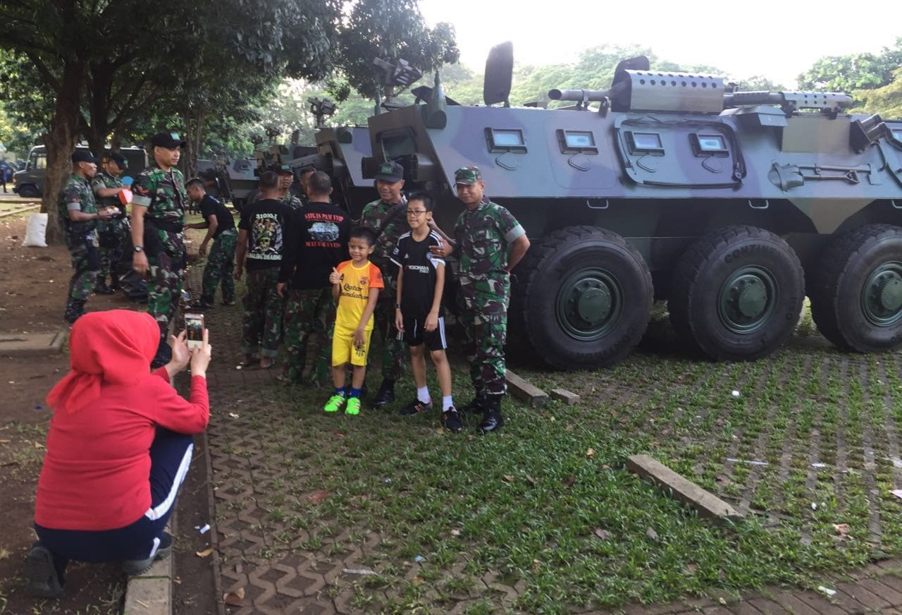 Senyuman Masyarakat Ditengah-Tengah Pengamanan KTT WIEF 2016