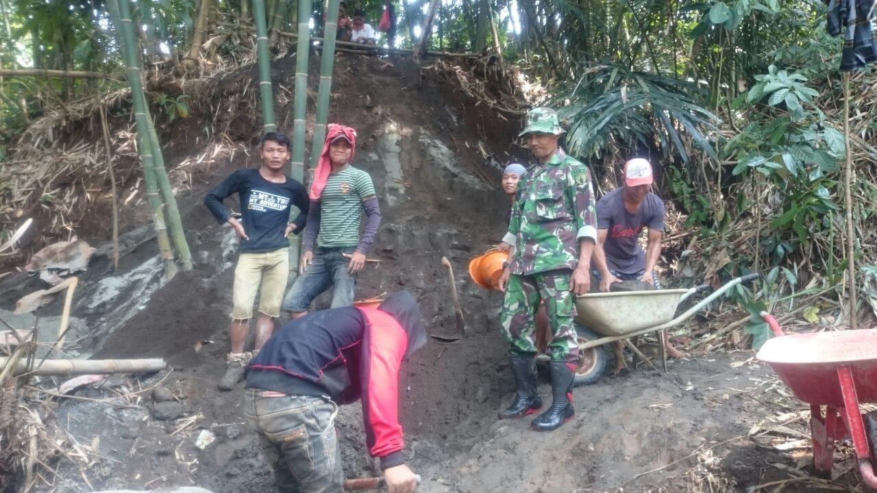 TNI Bersama Masyarakat Bangun Irigasi