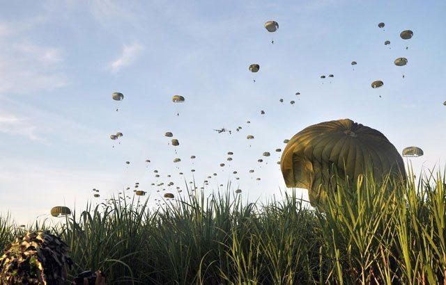 TNI Dan Angkatan Tentera Malaysia Gelar Latma Terjun Lintas Udara