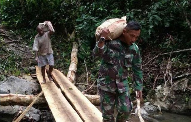Prajurit TNI Bangun PLTA Terangi Distrik Makbon Sorong
