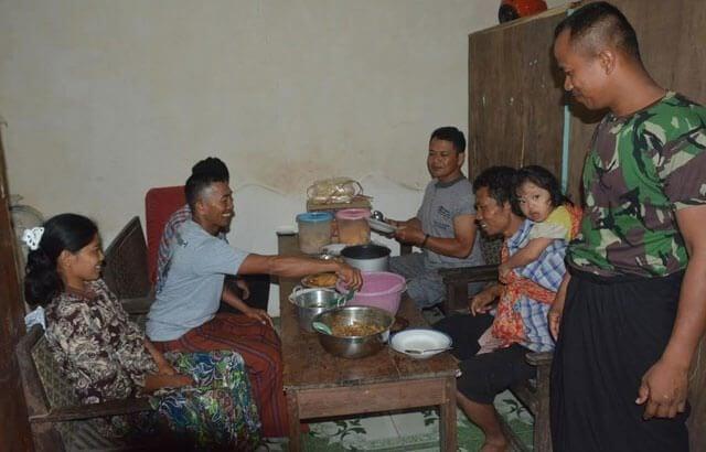 Warga dan Satgas TMMD Akrab Dengan Makan Bersama