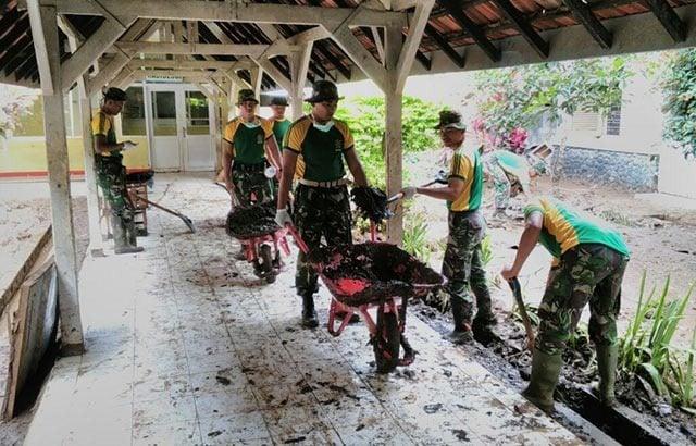 Satgas Kostrad Bersihkan Sampah Banjir Bandang Garut