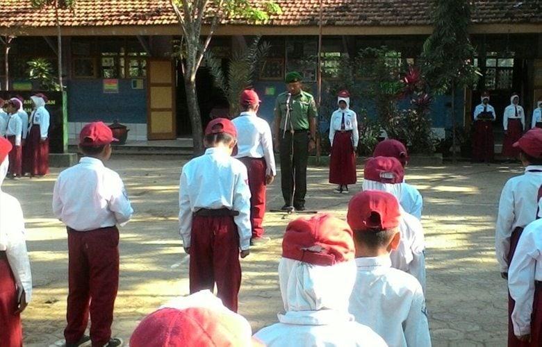 Babinsa Ajari Kedisiplinan dan Wasbang Pelajar SDN