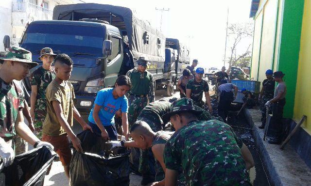 Wujud Kemanunggalan TNI dan Rakyat, Pasar Pelelangan Ikan (PPI ) Oeba dibersihkan