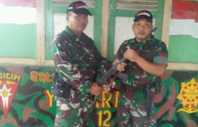 Usai Main Tenis Meja, Anggota Satgas TNI AD dikasih Senjata