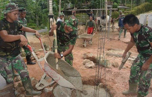 TNI Bersama Warga Desa Kemuning Bangun Gapura pada TMMD Ke-97
