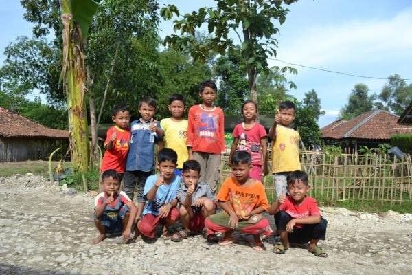 Jalan Desa diperbaiki, Anak-Anak Kampung Bedeng Gembira