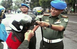 Operasi Simpatik Polisi Militer Dengan Bagi-bagi Helm