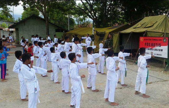 Satgas Tinombala Ajarkan Beladiri Karate Kepada Anak SD