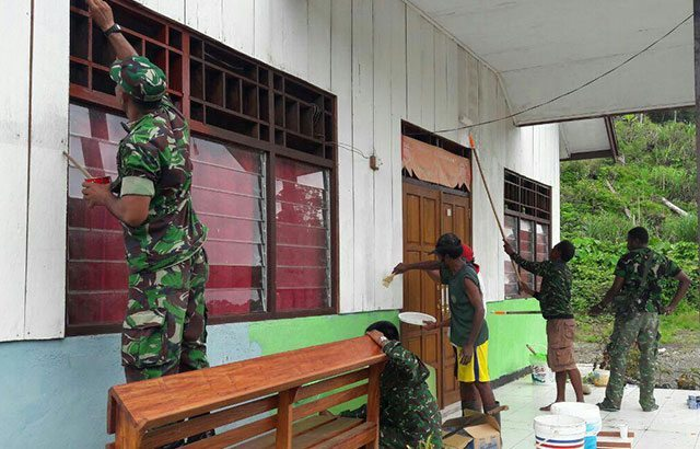 Bangun Soliditas Dan Sinergitas, TNI Gelar Karya Bhakti Perbaiki Gereja