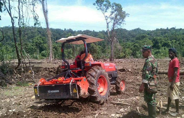 Prajurit Bantu Buka Lahan Pertanian Kampung Malawor