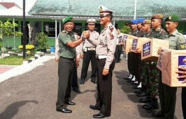Polisi Beri Hadiah Helm SNI Kepada Tentara