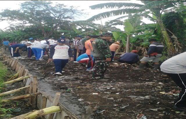 Saluran Irigasi Tidak Lancar, TNI bersihkan Sampah