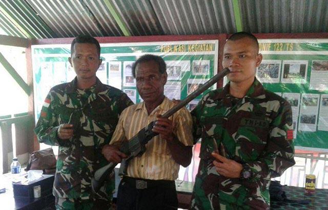Warga Serahkan Senjata Secara Sukarela Pada TNI