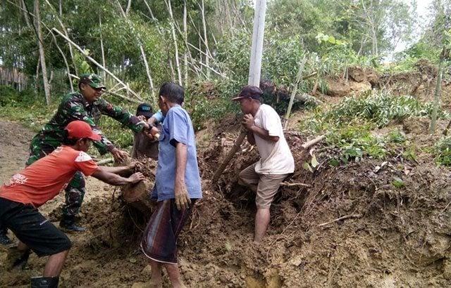 Sejumlah Jalan dan Bangunan Tertimbun Tanah Akibat Longsor Di Bangkalan