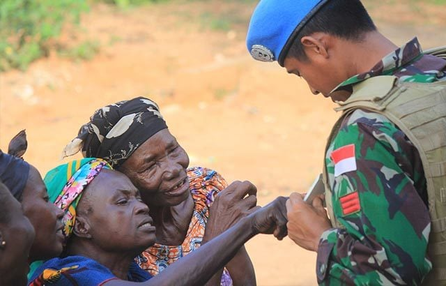 Pasukan Garuda Bagikan Baju untuk Masyarakat Afrika Tengah